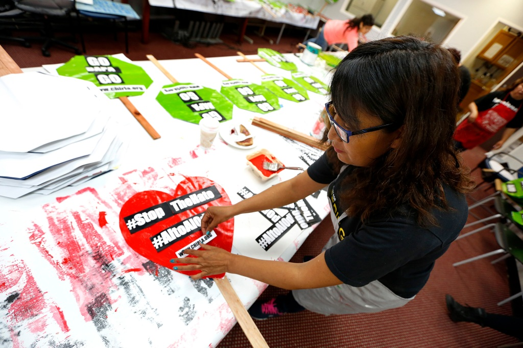 04/29/16 /LOS ANGELES /Immigrant Isabel Medina helps paint and decorate hundreds of posters in preparation for the May Day celebration and rally onÊMay 1, 2016. (Photo Aurelia Ventura/La Opinion)