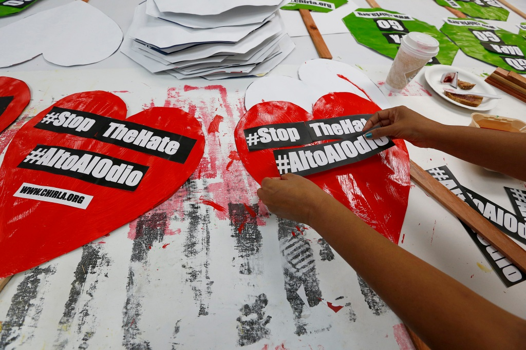 04/29/16 /LOS ANGELES /Immigrant families help paint and decorate hundreds of posters in preparation for the May Day celebration and rally onÊMay 1, 2016. (Photo Aurelia Ventura/La Opinion)