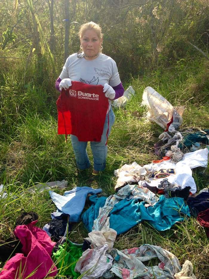 Prendas abandonadas de ropa y de mujer y con rastros de sangre también encontrados por los brigadistas.