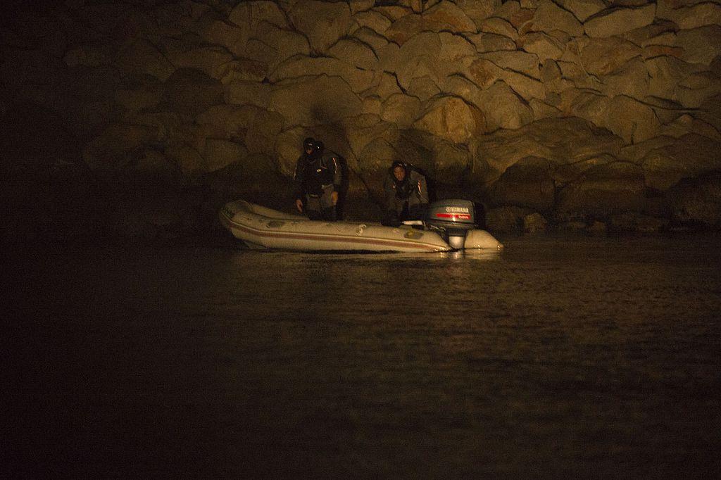 Sospechosos de contrabando en una balsa inflable son detenidos por el Servicio Marítimo de la Guardia Civil entre Algecira y Gibraltar.