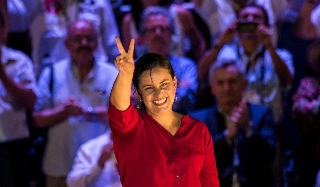 La candidata a la presidencia del Perú por el partido Frente Amplio, Verónika Mendoza hace el signo de la V durante un acto de campaña en Lima el 7 de abril de 2016.