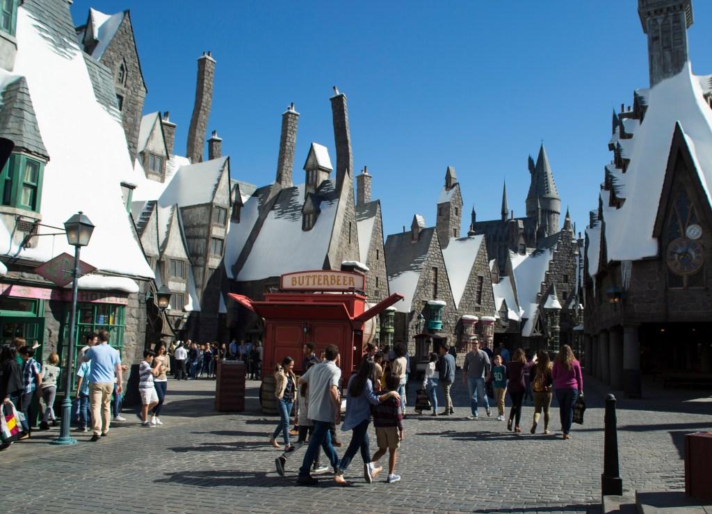 Hogsmead dispone de restaurante, bar y tiendas donde encontrar todo lo relacionado con la saga Harry Potter.
