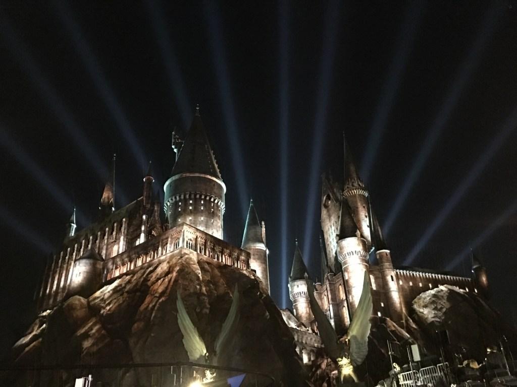 El aspecto de Hogwarts Castle el martes por la noche, tras la espectacular inauguración oficial.