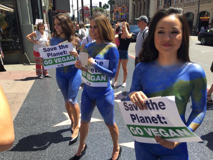 """PETA pinto a cinco mujeres como """"Madre Tierra"""" para expandir su mensaje de una dieta vegetariana en Hollywood. /SUMINISTRADA"""