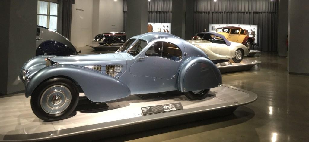 El Petersen Automotive Museum abre sus puertas los siete días de la semana.