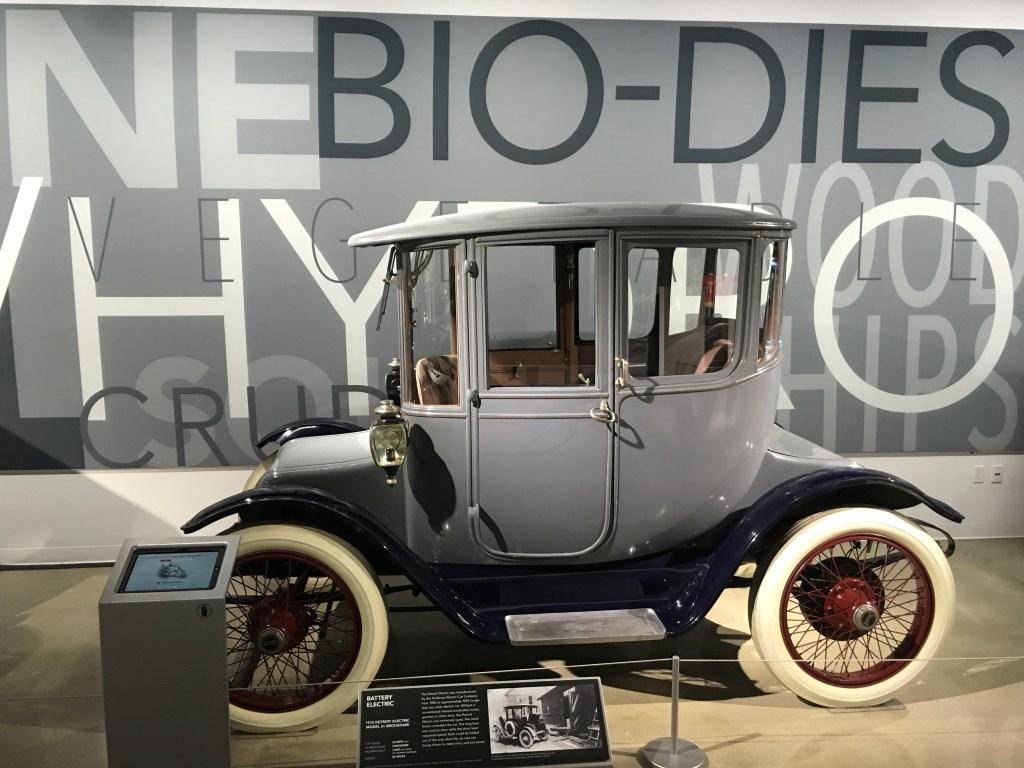 El museo presta especial atención a los primeros autos híbridos y eléctricos.