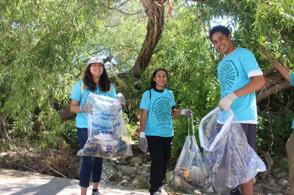 Vanessa Corona, Diana Reyes y Rogelio Ferrel mostraron su espíritu de compromiso con la naturaleza y el medio ambiente, ayudando a limpiar el rio de Los Ángeles./ Foto: Jorge Macías/Especial para La Opinión