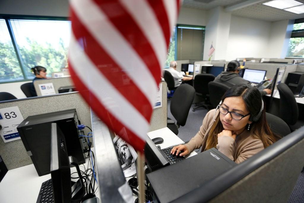 La operador bilingüe Nancy Honorato atiende llamadas de ciudadanía en el Centro de llamadas de NALEO donde asisten en el proceso de naturalización. (Foto Aurelia Ventura/ La Opinion)