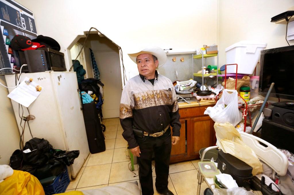 Juan Francisco Jacintos se queja por cobros injustos, plagas, goteras y otras desatenciones de los dueños de micro-apartamentos en Pico-Union. (Foto Aurelia Ventura/ La Opinion)