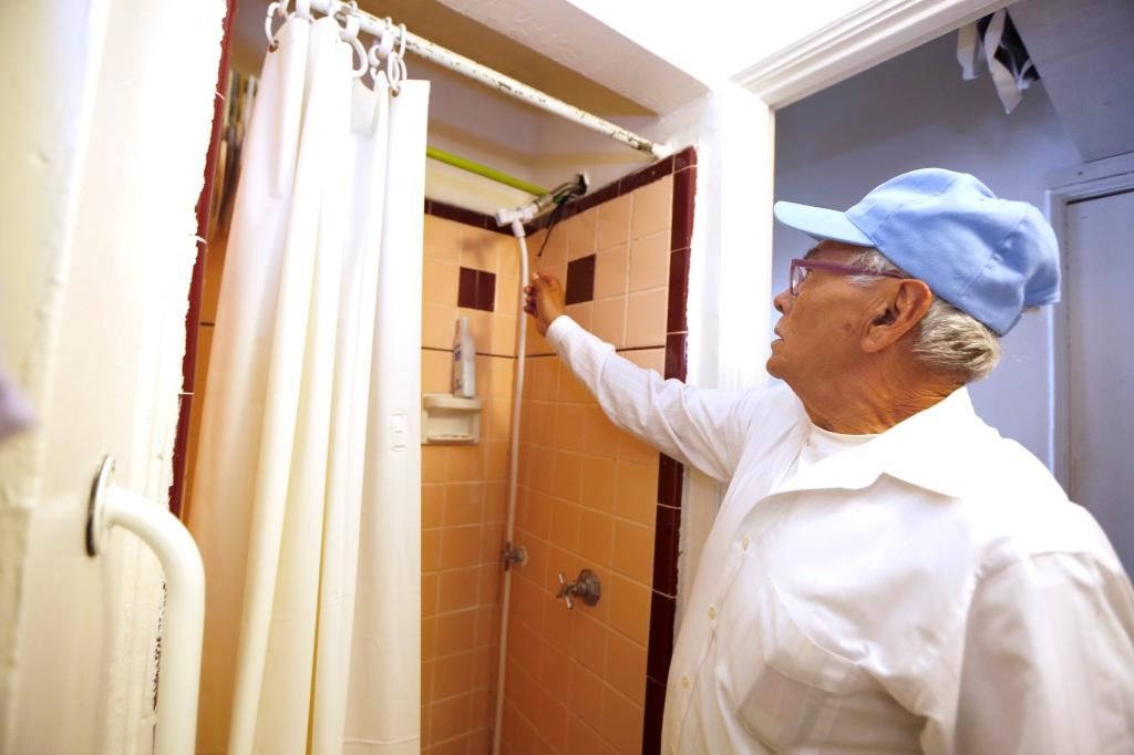Felipe Sánchez muestra las desatenciones de los dueños de unos micro-apartamentos en Pico-Union. (Foto Aurelia Ventura/ La Opinion)