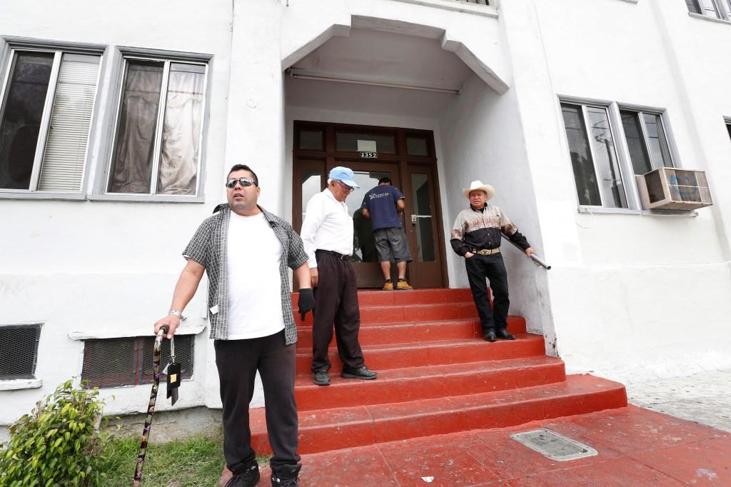 05/05/16/ LOS ANGELES/Inquilino José Hernández se queja por cobros injustos, plagas, goteras y otras desatenciones de los dueños de micro-apartamentos en Pico-Union. (Foto Aurelia Ventura/ La Opinion)