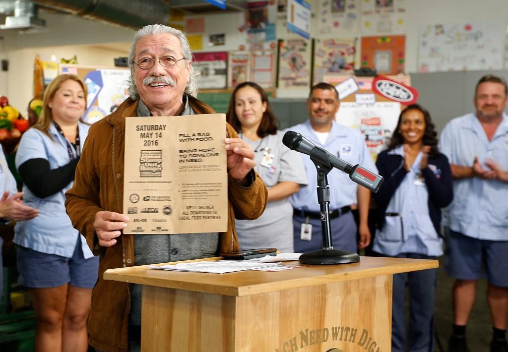 El actor Edward James Olmos muestra la bolsa de papel que se distribuye en los buzones de casi un millón de personas en el condado de Los Ángeles donde las personas pueden poner comida que sera recogida el sábado 14 de mayo. (Aurelia Ventura/La Opinion)