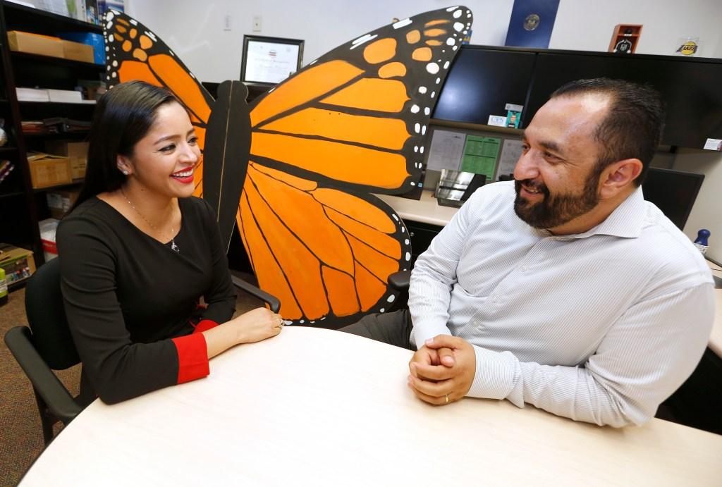 director del centro DREAM Success de Cal State Long Beach, junto a Sandra López. (Aurelia Ventura/ La Opinion)