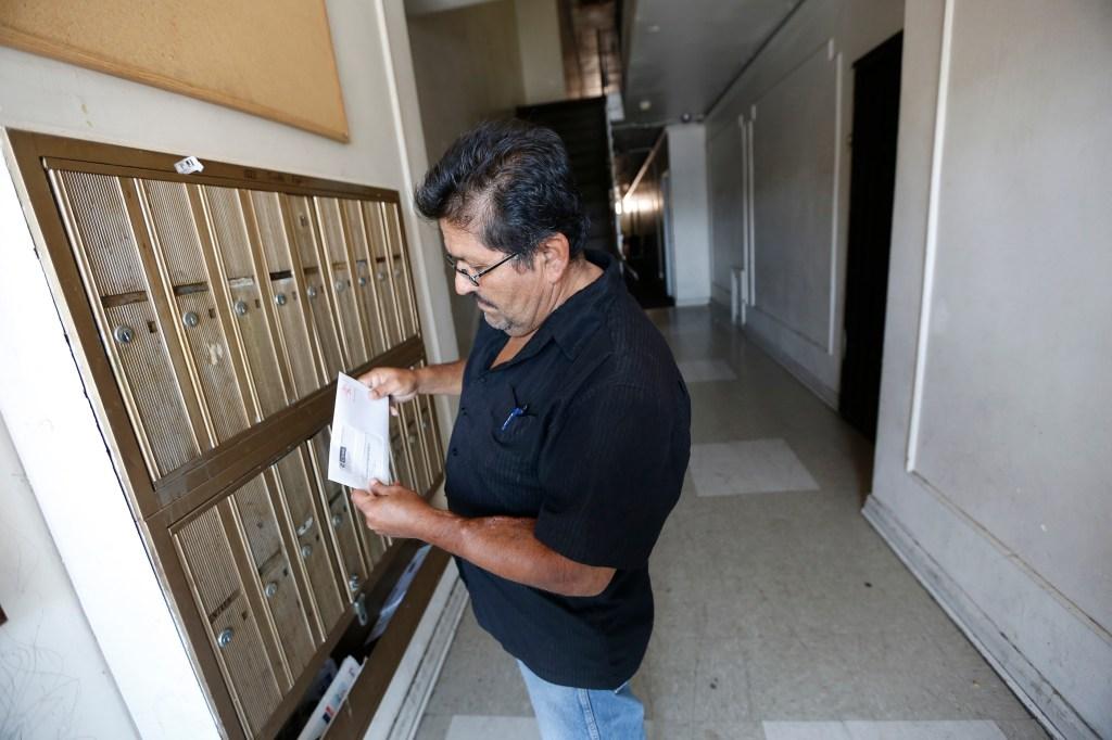Debido a sus bajos ingresos, José Sánchez calificó para ser exentado del pago por la ciudadanía.