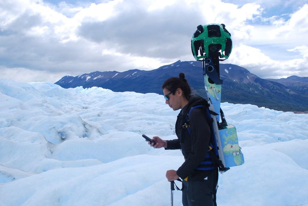 Un hombre tomando imágenes para Google en el glaciar Perito Moreno en Argentina.