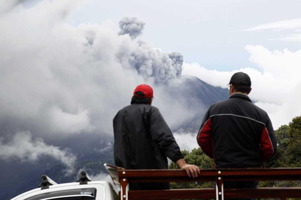 La erupción del volcán Turrialba cerca de San José en Costa Rica, alcanzó casi 10 mil pies de altura. EFE