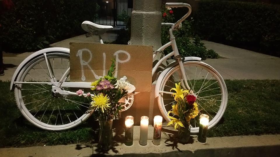 Un altar con una bicicleta blanca en el lugar donde falleció atropelllad un ciclista. (Foto: Suministrada/Ghost Bikes LA)