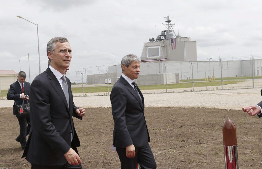 El secretario general de la OTAN, Jens Stoltenberg (i), y el primer ministro rumano, Dacian Ciolos (d), asisten a la activación del sistema de Defensa Aegis. Foto: EFE