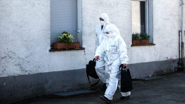 La policía realiza una detallada investigación forense de la casa.