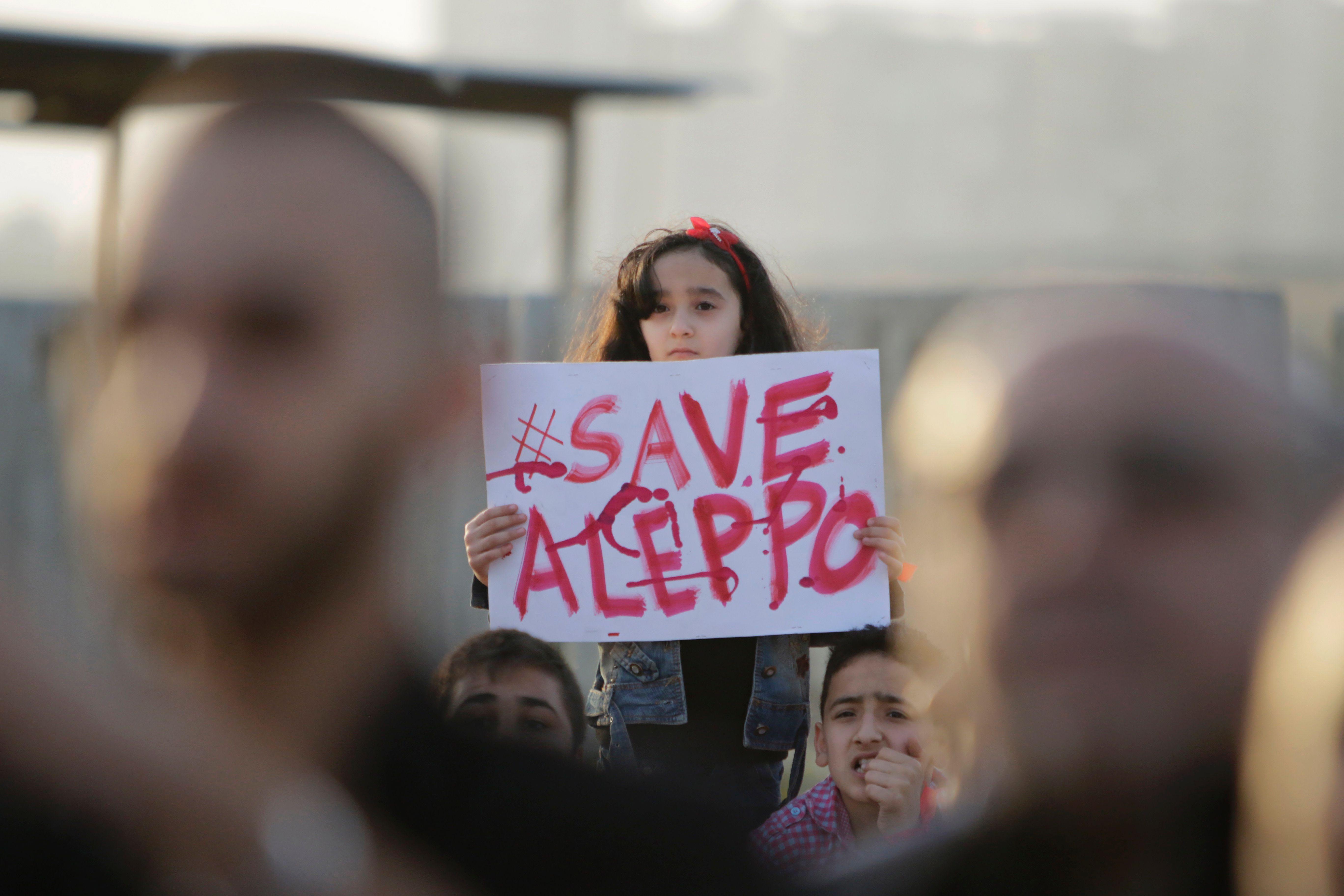 Intensos combates se desarrollan hoy entre facciones rebeldes y los efectivos gubernamentales sirios en barrios del oeste de la ciudad de Alepo.
