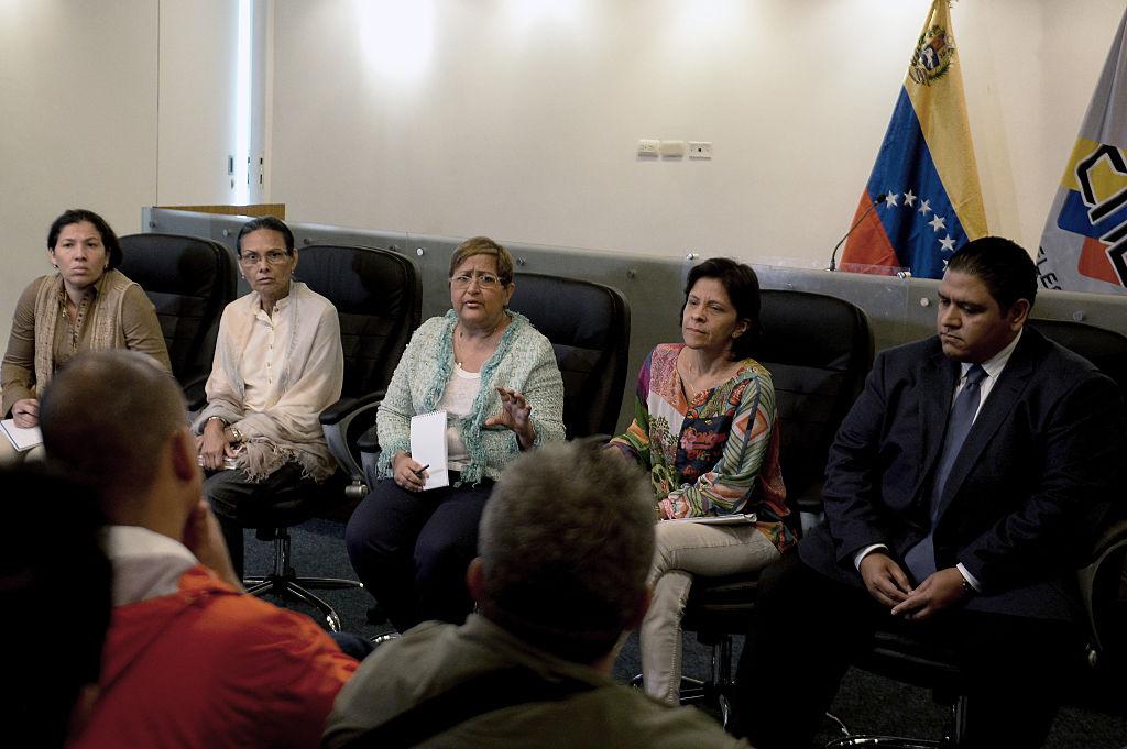 Jorge Rodríguez (derecha) y el constitucionalista Hermann Escarrá fueron encargados por Maduro para revisar las firmas. Foto: Getty