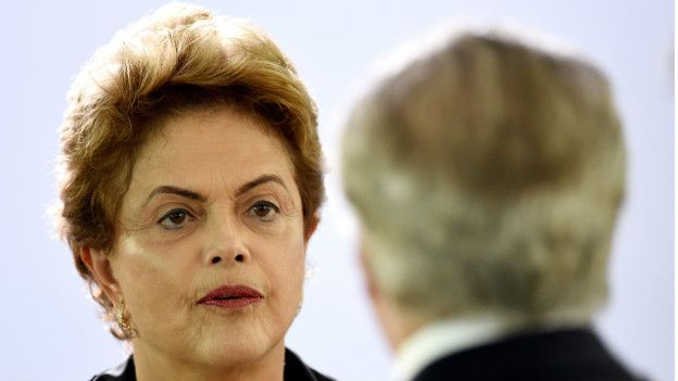 RousseffImage copyrightAFP Image caption Dilma acusa a Temer de conspirar contra ella.