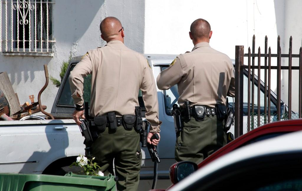 Algunos expertos en seguridad dicen que disparar a autos en movimiento supone algunos riesgos de seguridad: si las balas hieren al conductor, el vehículo puede desbocarse sobre personas inocentes. ( Aurelia Ventura/ La Opinion)