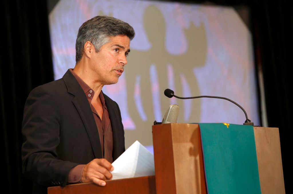 El actor Esai Morales speaks during I AM AN IMMIGRANT event. The California Endowment presented I AM AN IMMIGRANT: THE STORY OF OUR NATION, a live performance to celebrate immigrants and the immigrant heritage of the United States, at the Holman United Methodist Church in Los Angeles. Ê (Photo Aurelia Ventura/ La Opinion)