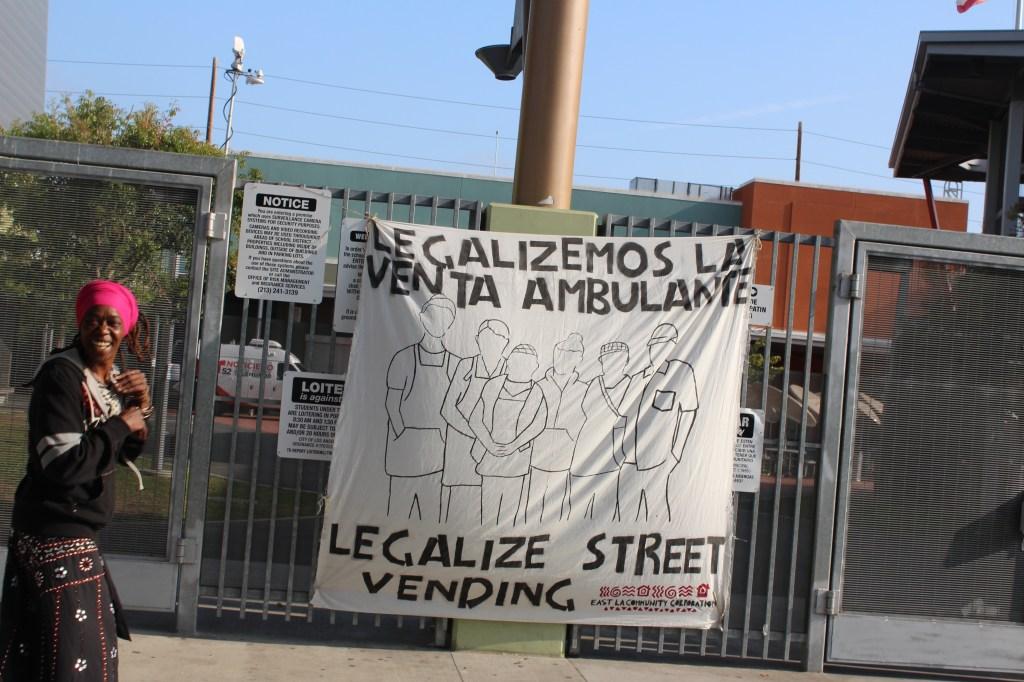 """""""Legalicemos la venta ambulante"""", es el clamor de casi 50,000 vendedores de las calles de Los Ángeles. /Jorge Macias"""