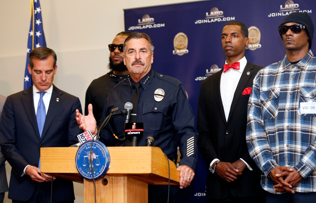 07/08/16/LOS ANGELES/ Los Angeles Police Chief Charlie Beck, Los Angeles Mayor Eric Garcetti (L) during a press conference next to rappers Snoop Dogg (R) and The Game (2/L). Snoop and fellow rapper The Game led a peaceful demonstration to police headquarters as a graduation ceremony was taking place in what they called an effort to promote unity in the aftermath of the deadly shootings of police officers in Dallas. (Photo Aurelia Ventura/ La Opinion)