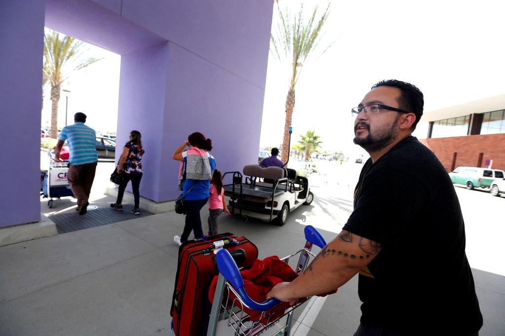 Federico Gutiérrez con su familia usan el popular puente Cross Border Xpress (CBX), que conecta al aeropuerto de Tijuana con Otay, en San Diego. (Aurelia Ventura/ La Opinion)