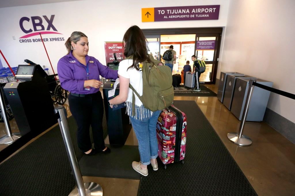 El puente Cross Border Xpress (CBX), conecta al aeropuerto de Tijuana con Otay, en San Diego. Muchos se ahorran tiempo y dinero utilizando este cruce. ( Aurelia Ventura/ La Opinion)