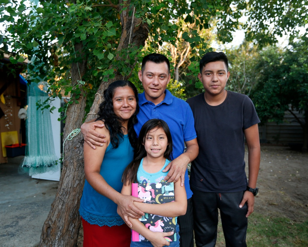 07/29/16/LOS ANGELES/Guatemalan immigrant Elcias Hernandez with wife Nancy, and children Yordin, 15, and Sara, 9. (Photo Aurelia Ventura/ La Opinion)