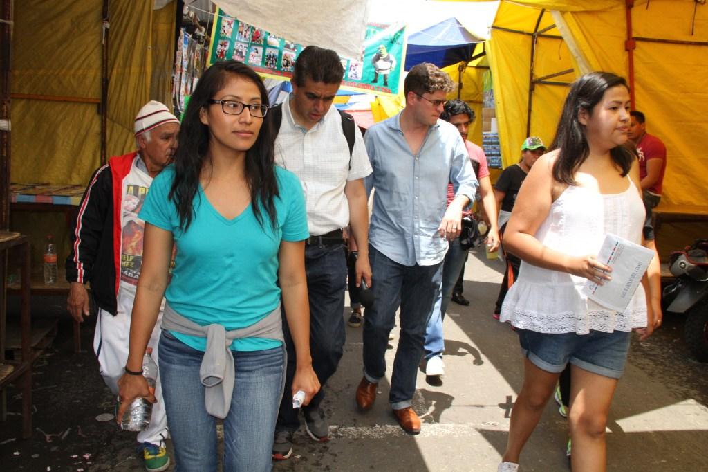 Areli Zárate y Emma Chalott por la calle Tenochtitlan del Barrio Bravo