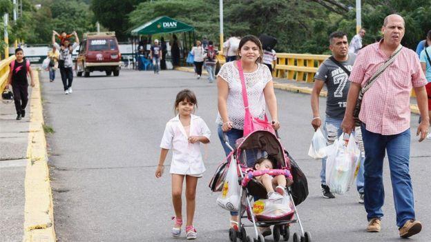 La crisis económica y la escasez de alimentos y medicinas en Venezuela han provocado que muchos de sus ciudadanos quieran ir a Colombia a abastecerse.