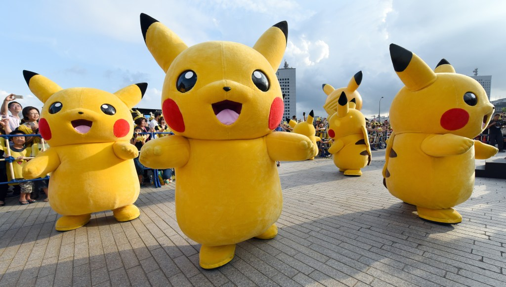 El juego Pokémon Go usa el GPS del teléfono y anima al usuario a moverse por la ciudad para encontrar y capturar diferentes pokémon.