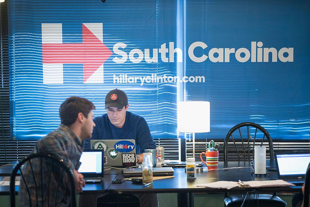 Partidarios de Hillary Clinton hacen llamadas telefónicas en una oficina de campaña para alentar a los votantes en Carolina del Sur. Foto: Getty