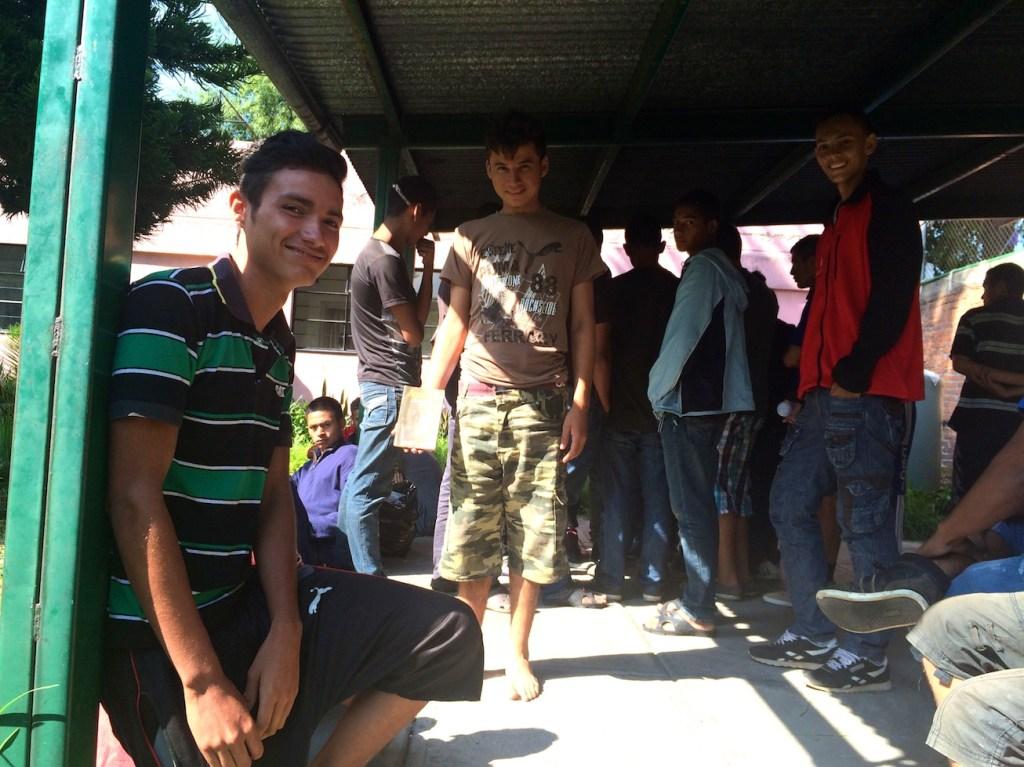 """Un grupo de adolescentes al interior del albergue """"Adolescentes en el Camino""""."""