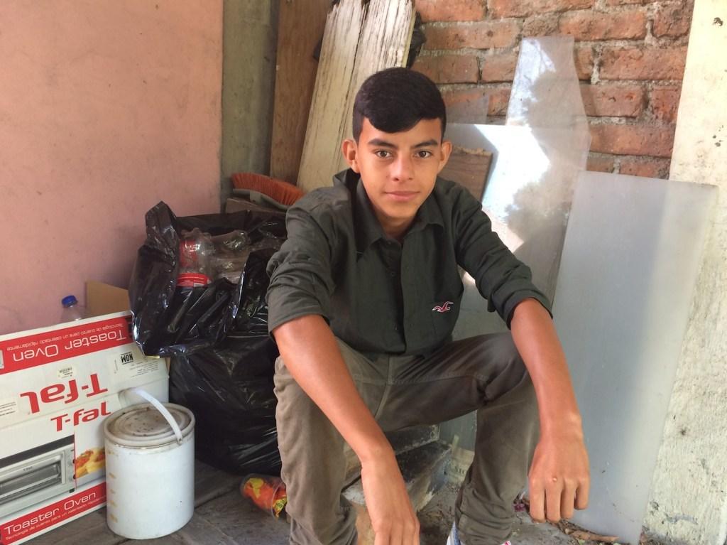 Uno de los migrantes más jóvenes del albergue, es hondureño y tiene 14 años.