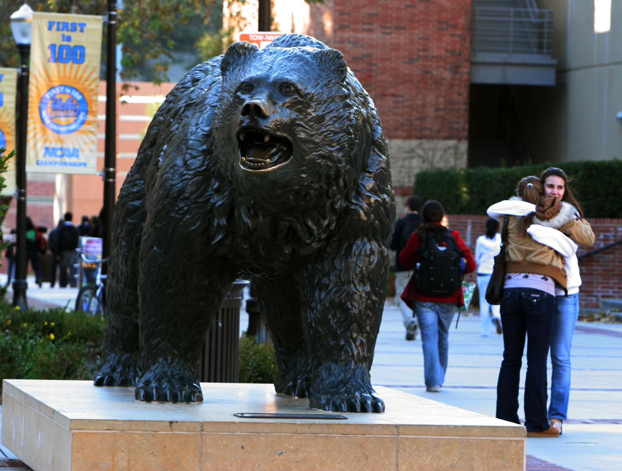 El sindicato que representa a los trabajadores exige un aumento salarial del 26.4% anual a lo largo de los próximos 3 años y el pago retroactivo del 20.39% de los salarios de los últimos cuatro años; UCLA, del 24.5% a lo largo de los 4 años siguientes sin pagos retroactivos(Foto: Jeff Grace/La Opinión)