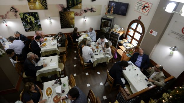 Algunos restaurantes siguen teniendo buena clientela en Caracas.
