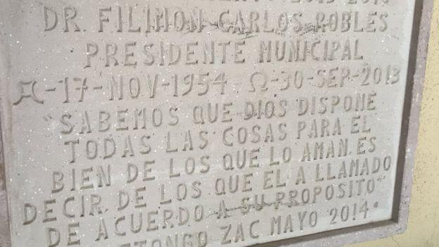 Una placa recuerda el suicidio del alcalde dentro de la comisaría en 2013.