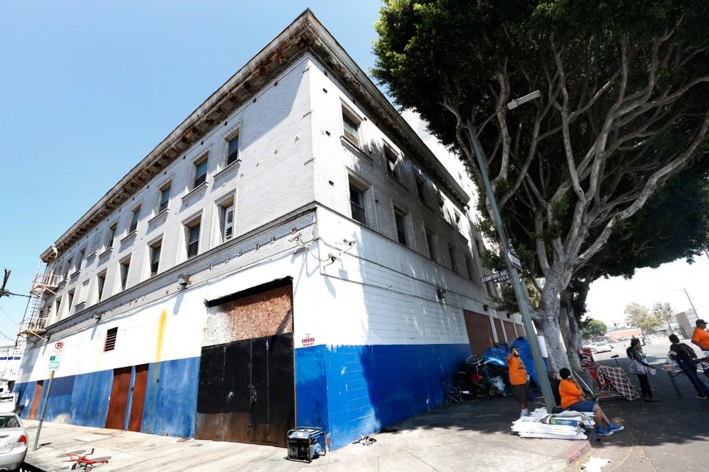 El edificio de Salvation Army antes ofrecía servicios a personas sin hogar en Skid Row. Un constructor busca convertirlo en un inmueble con apartamentos de lujo. (Aurelia Ventura/ La Opinion)
