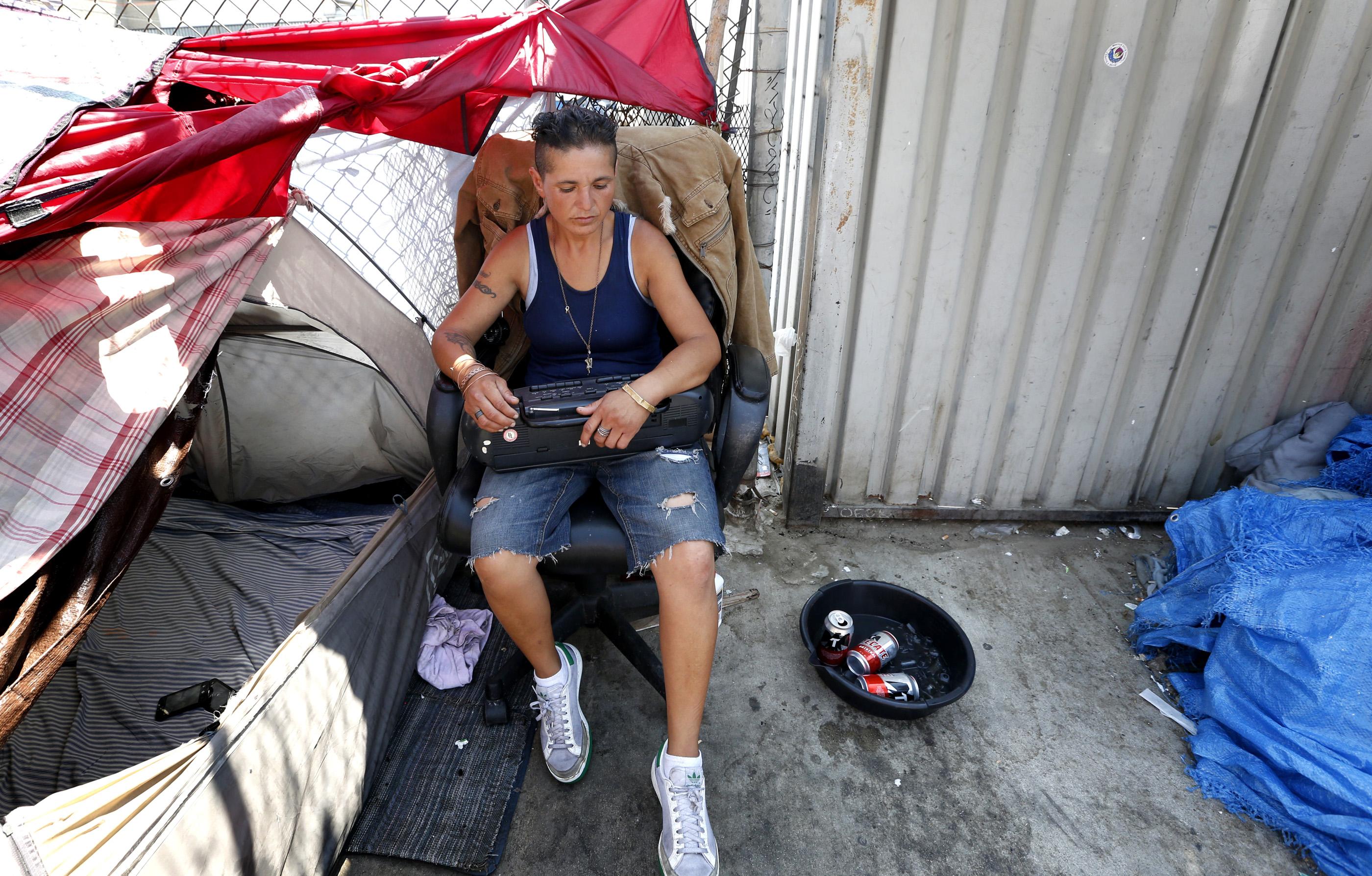 Verónica Lugo es una de las mujeres que carece de un hogar en Los Ángeles. (Aurelia Ventura/ La Opinion)