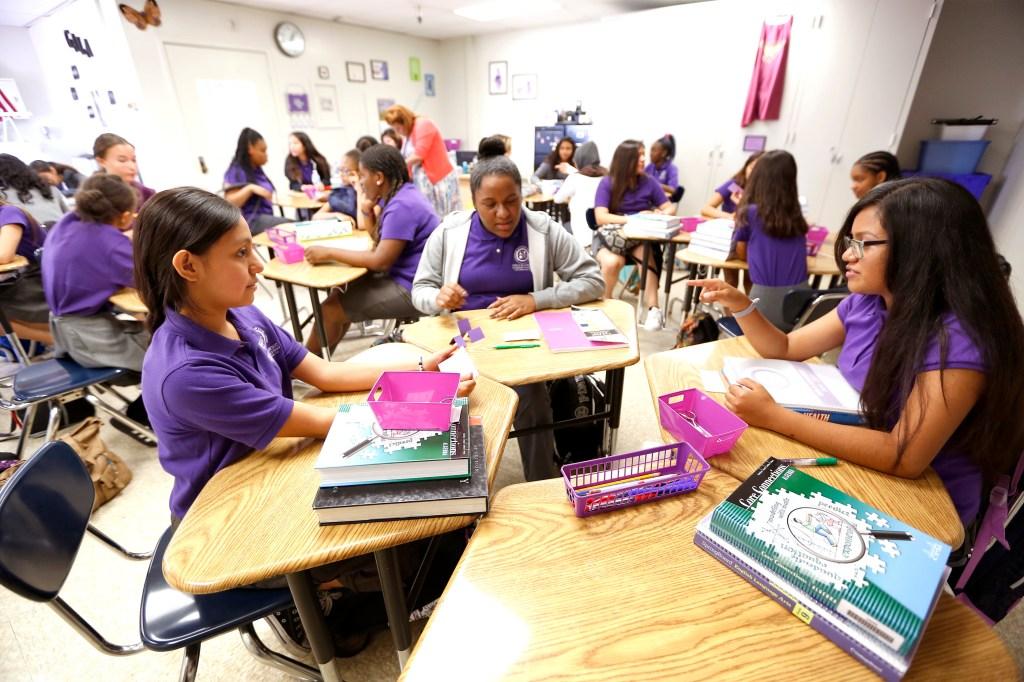 Jovencitas estudian en la Academia de Liderazgo Académico para Niñas, la primera escuela exclusive para jovencitas en el LAUSD. (Aurelia Ventura/ La Opinion)