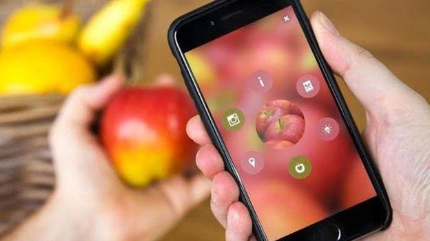 Cuando uno enfoca objetos como una manzana con Blippar, aparecen contenidos como lugares cercanos donde la venden, fotos, videos e hipervínculos.