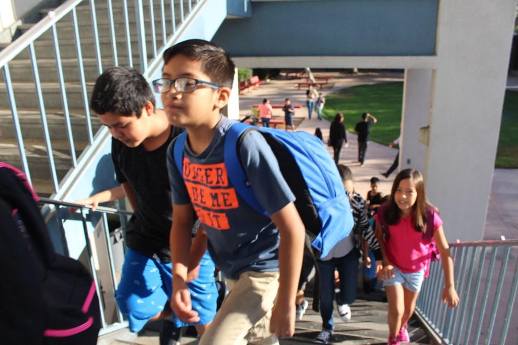 ¡Listos para estudiar! Niños arriban a la escuela primaria Fourth Street en el inicio del año escolar del LAUSD. /JORGE LUIS MACIAS, ESPECIAL PARA LA OPINION