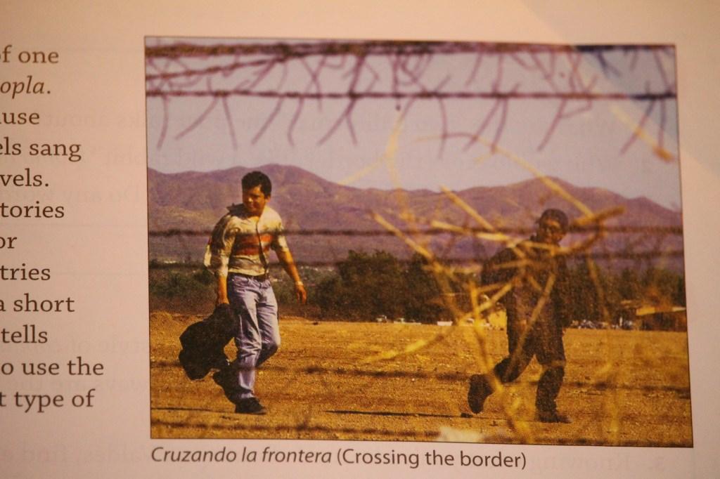 """La imagen """"Cruzando la frontera"""" (""""Crossing the Border"""") es parte de la lección """"Puentes y fronteras/Bridges and Borders del libro """"¡Qué Chévere!"""", que ha """"ofendido"""" a padres de familia del Distrito Escolar Unificado de Glendale. Antes de leer se le pide al estudiante aprendiz de español que responda: ¿De dónde viene una mayoría de los inmigrantes hispanos que entran a los Estados Unidos? ¿Por qué?"""". /Jorge Luis Macías, Especial para La Opinión"""