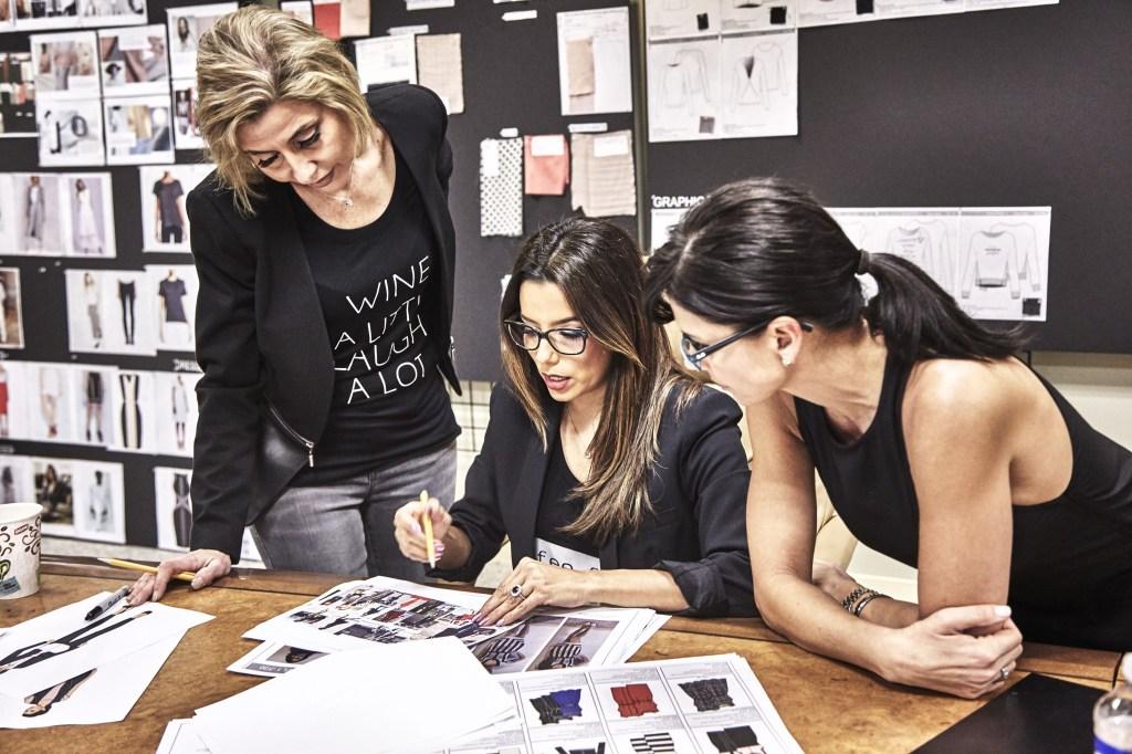 Eva Longoria (centro) realizando algunos de sus diseños junto a dos integrantes de su equipo de diseñadores y confeccionistas.