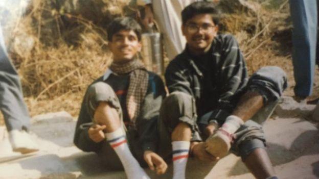 Ambarish Mitra (derecha) escapó de su casa de adolescente y empezó a trabajar en un barrio pobre.